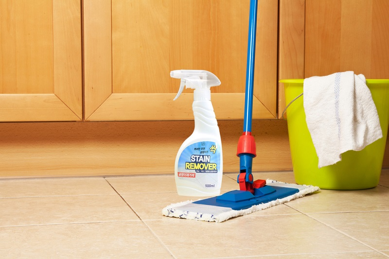 Cach-tay-vet-nuoc-che-tren-be-mat-san-bang-floor-stain-remover
